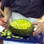 Pokaz rzeźbienia w melonie na żywo